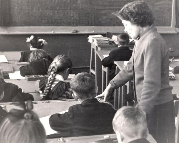 Евдокия Прокофьевна Молоднякова - наша первая учительница, 1964 год