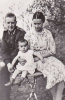Vladimir Kosinsky with his wife  and daughter